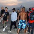 Jared Leto toma açaí na praia de Ipanema, na Zona Sul do Rio de Janeiro, com o irmão