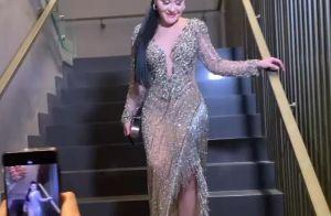 Deslumbrante! Maraisa usa vestido com cristais e cabelo ultralongo em casamento