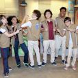 Na novela 'As Aventuras de Poliana', Iure distribui aos alunos os coletes do esquadrão anti bullying