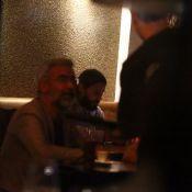 Jared Leto sai para jantar no Rio de Janeiro e é cercado por fãs