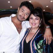 Fabiana Karla leva noivo, Diogo Mello, para evento automobilístico em SP. Fotos!
