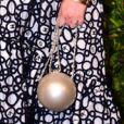 Laura Neira usa bolsa redonda com tom perolado em jantar de gala nesta quarta-feira, dia 13 de novembro de 2019