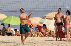 Sem camisa e em boa forma, Rodrigo Hilbert joga vôlei em praia do Rio