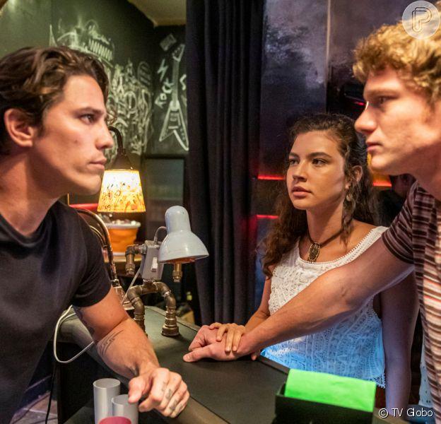Filipe (Pedro Novaes) e Rita (Alanis Guillen) discutem por causa de Rui (Romulo Neto) na novela 'Malhação - Toda Forma de Amar'
