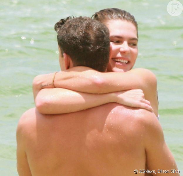 Cauã Reymond e Mariana Goldfarb curtem praia do Rio abraçados, em 23 de novembro de 2019