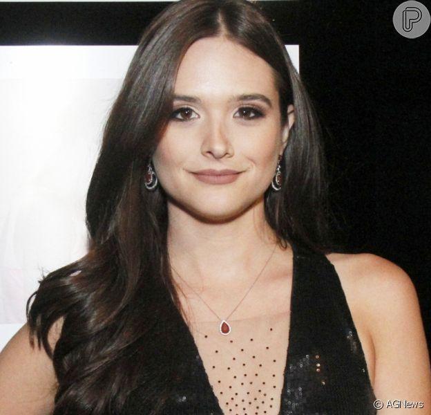 Juliana Paiva desmente rumores de namoro e afirma: 'Solteira'