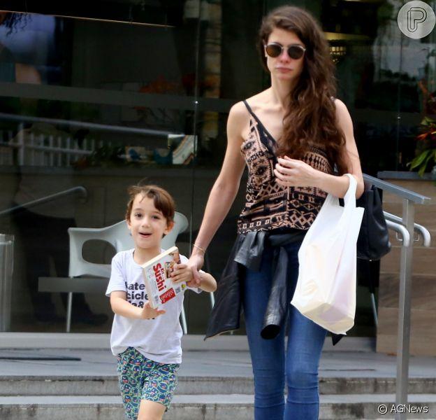 Alinne Moraes é fotograada ao lado do filho, Pedro Lima, em 30 de novembro de 2019