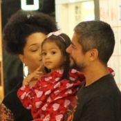 Juliana Alves dá colo para a filha, Yolanda, durante passeio em família. Fotos!