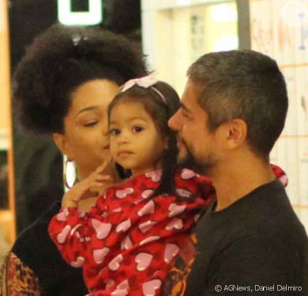 Filha de Juliana Alves e Ernani Nunes, Yolanda, de 2 anos, ganhou carinho dos pais durante passeio por shopping do Rio de Janeiro neste domingo, 1º de dezembro de 2019