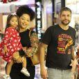 Filha de Juliana Alves e Ernani Nunes, Yolanda, passeou no colo da mãe e mostrou estilo com seu um vestido estampado recheado de corações