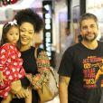 Juliana Alves deu colo para a filha, Yolanda, de 2 anos, durante passeio por shopping do Rio de Janeiro