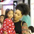 Filha de Juliana Alves e Ernani Nunes, Yolanda, de 2 anos, ganhou colo da mãe durante passeio por shopping do Rio