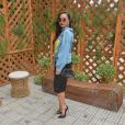 Sabrina Sato combinou a jaqueta jeans com óculos retrô, saia midi preta e scarpin no mesmo tom