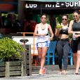 Débora Nascimento e amigas se refrescam após corrida