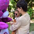 Filho de Junior Lima, Otto se diverte com bonecos no aniversário de 1 ano da filha de Sabrina Sato, Zoe