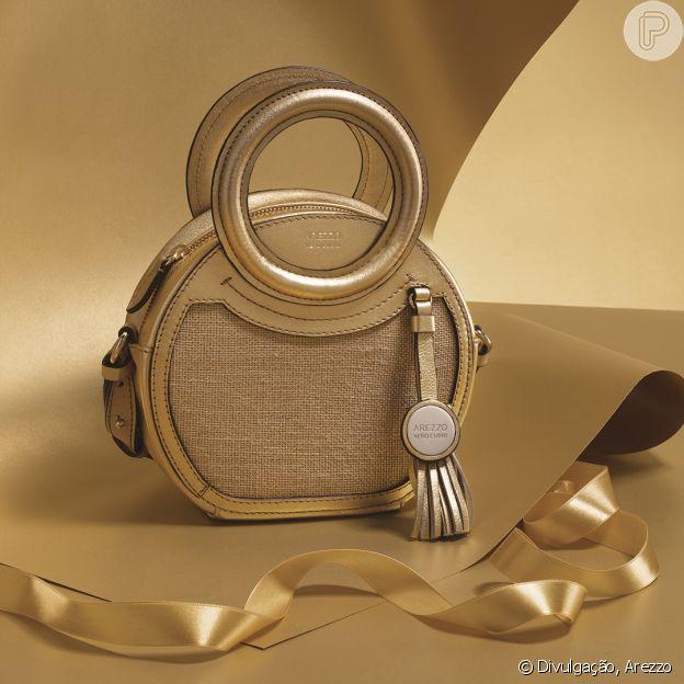 O mix de tecido rústico natural e couro metalizado dourado é perfeito para a moda verão