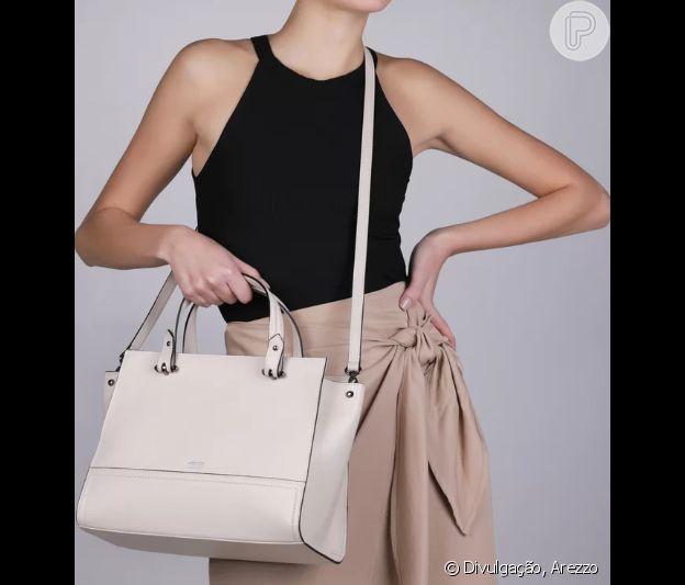 Básica e elegante, a bolsa tote em couro é bem versátil e traz um mood fresco ao look de verão