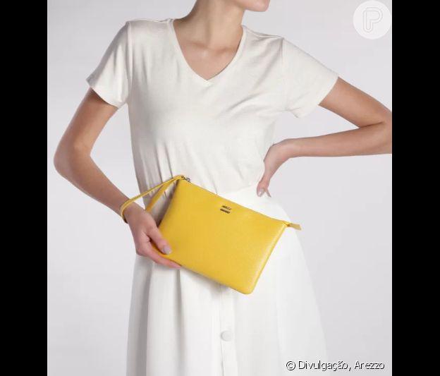 O nécessaire amarelo alegra o verão e ilumina qualquer look