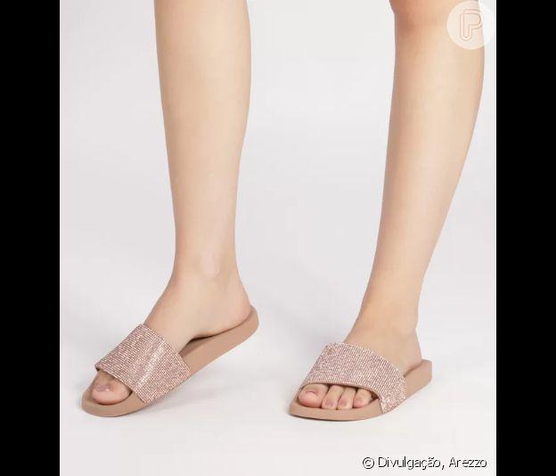 O chinelo slide com pedrarias pequenas e superbrilhosas promete agradar as mulheres com estilo fashionista