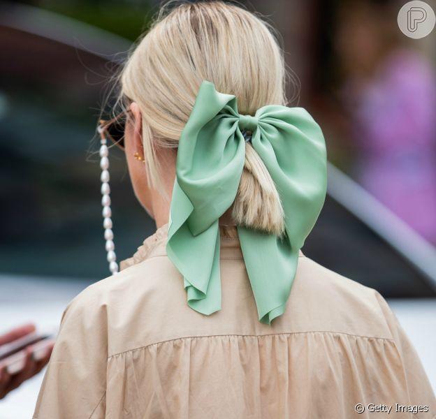 O lenço dá um charme a mais no rabo de cavalo feito no cabelo curto