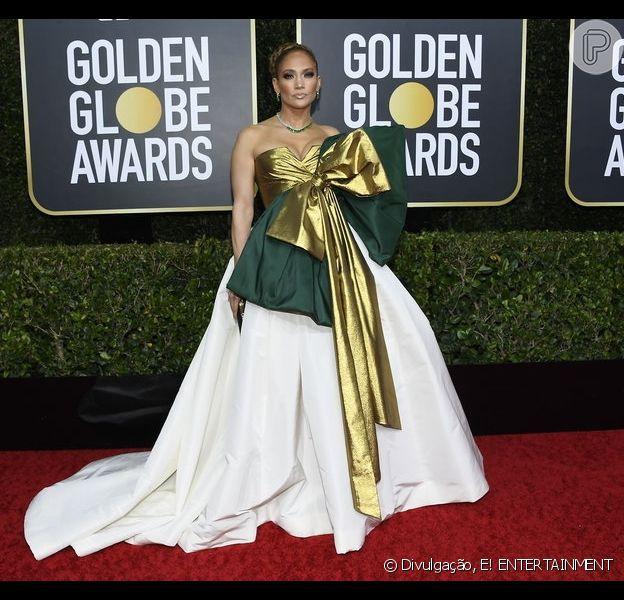 Jennifer Lopez apostou no vestido com laço metalizado de Valentino para o Globo de Ouro 2020
