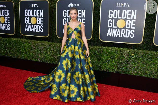 """Look solar está em alta! Taylor Swift apostou no vestido azul com flores amarelas da grife Etro para o """"Globo de Ouro 2020"""", que aconteceu no domingo, dia 5 de janeiro de 2020"""