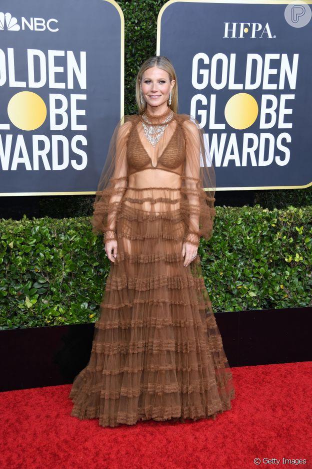 Para o Globo de Ouro 2020, Gwyneth Paltrow apostou no vestido marrom com babados e transparência de Fendi