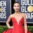 """Scarlett Johansson apostou no vestido vermelho bem vibrante da grife Vera Wang para o """"77° Globo de Ouro"""""""