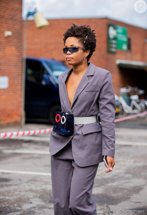 A pochete deixa o conjuntinho de alfaiataria mais fashion