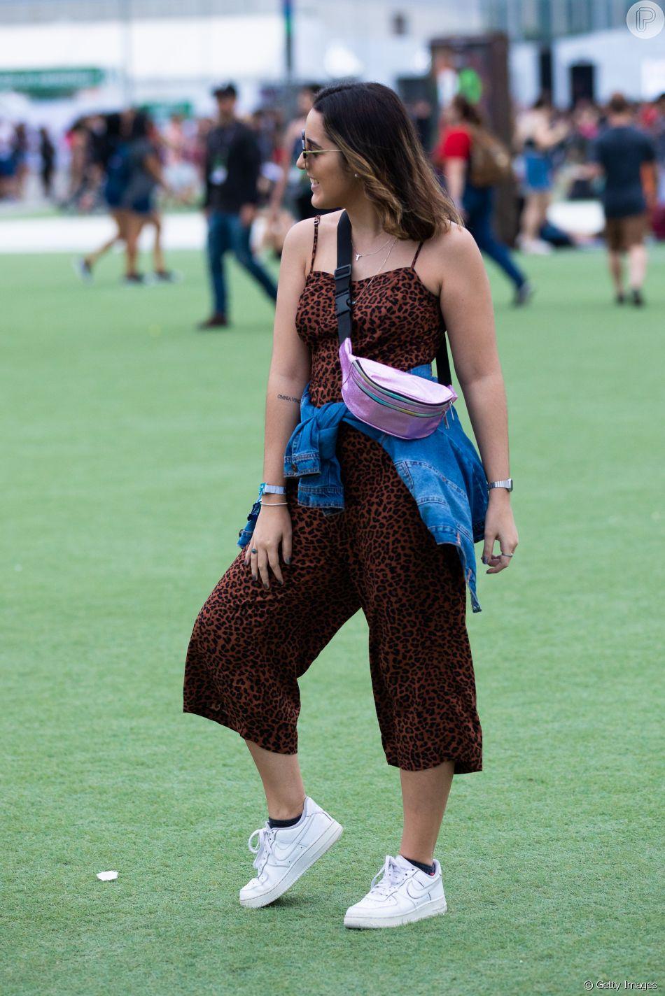 A pochete usada transpassada no peito dá um toque ainda mais fashion ao macacão
