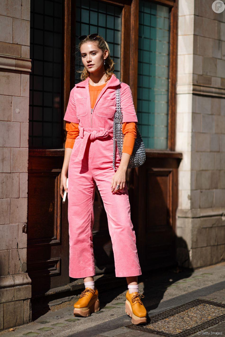 Aposte em sobreposições com blusas coloridas para deixar o look com macacão mais cool