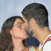 Bruno Cabrerizo beija namorada, Carol Castro, e recebe família após ensaiar peça