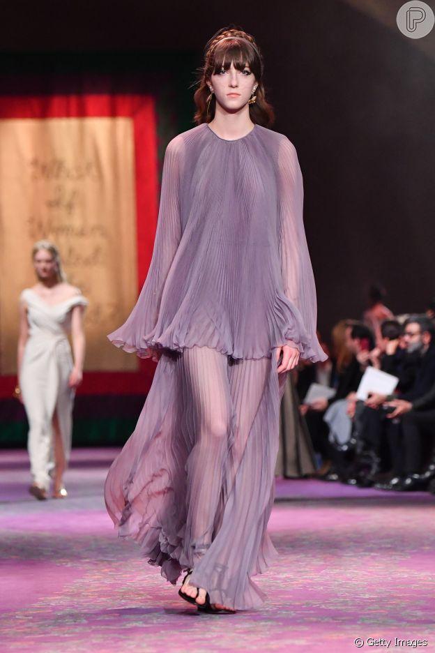 Vestido com fluidez e transparência são destaque da coleção de alta-costura da Dior