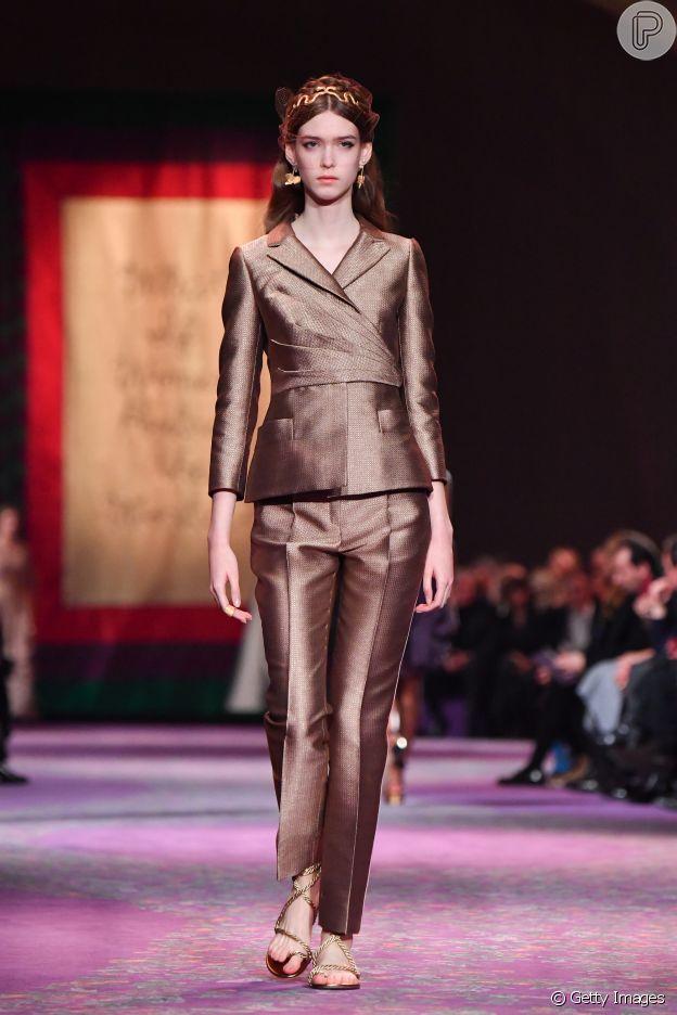 Desfile da Dior trouxe tailleurs em tons dourados