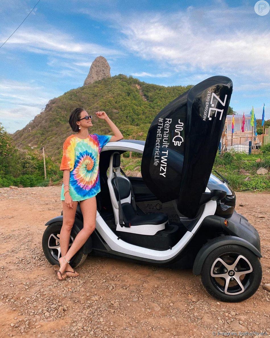 Agatha Moreira aposta na trend tie dye com t-shirt com numeração maior, com pegada em minivestido