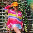 Juliana Paes aposta em bata com tecido fluido e misturas estampas tie dye e listras