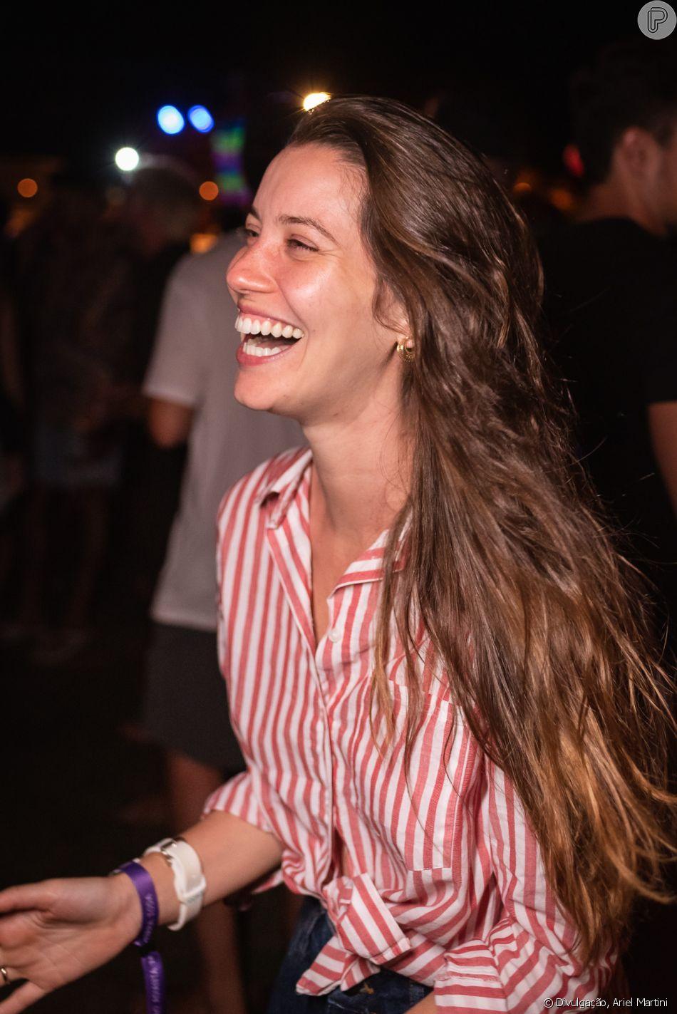 Nathalia Dill inspira com blusa de botão com listras coloridas de linho para festa; atriz apostou no visual com amarração para deixar visual mais alegre