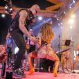 Anitta conversou com Léo Santana próximo ao ouvido dele e muitos fãs suspeitaram de um beijo