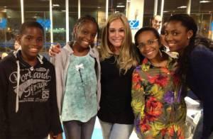 Susana Vieira posa com fãs da Angola em aeroporto de São Paulo