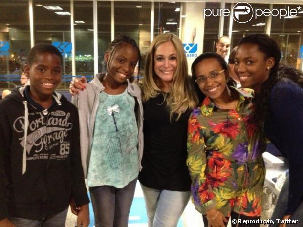Susana Vieira, com novo visual, posa com fãs da Angola em aeroporto do Rio de Janeiro em 25 de fevereiro de 2013