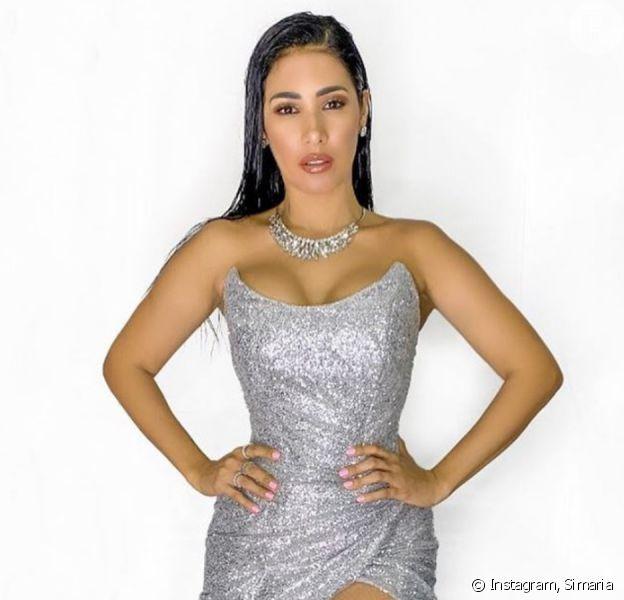 Dupla de Simone, Simaria exibe cintura fina em vestido justo e espartilho em foto nesta quarta-feira, dia 05 de fevereiro de 2020