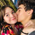Sophia Valverde recebeu a surpresa do namorado, Lucas Burgatti, na escola