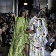 Moda empoderada: modelo recebeu ajuda durante o London Fashion Week