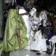 Sororidade na moda: modelo tropeça e recebe ajuda de mulheres durante o desfile da Halpern no LFW