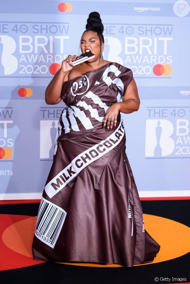 Lizzo escolheu um vestido marrom, cor trend, com toque bem-humorado