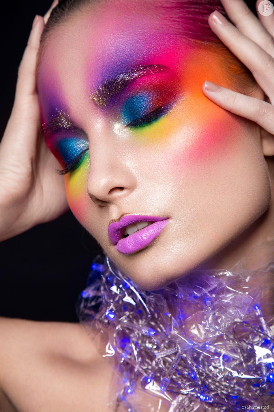 As mais ousadas no Carnaval podem ir além da sombra e garantir o colorido no rosto inteiro