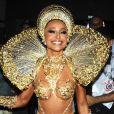 Sabrina Sato usa fantasa dourada à frente da bateria da Gaviões da Fiel, em 23 de fevereiro de 2020