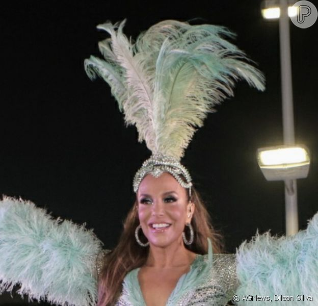 Ivete Sangalo apostou em um look brilhante, decotado e com plumas para seu último dia de Bloco Coruja nesta segunda-feira de carnaval, 24 de fevereiro de 2020