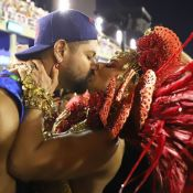 Viviane Araujo protagoniza beijo romântico em namorado em desfile do Salgueiro