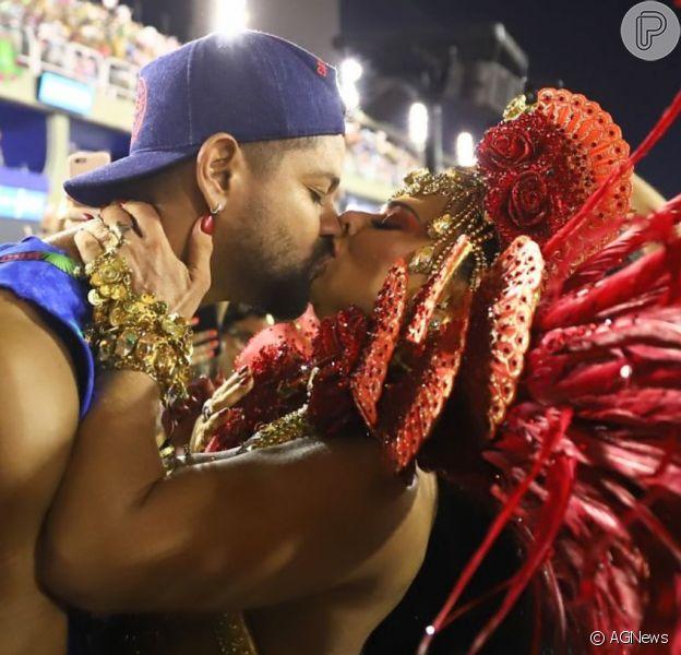 Viviane Araujo deu um beijo no namorado, Guilherme Militão, durante desfile do Salgueiro nesta segunda-feira, 24 de fevereiro de 2020
